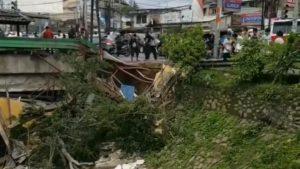 Warga evakuasi polisi korban